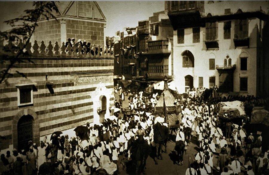 Mısır surresi Mekke sokaklarında gezdirilirken.