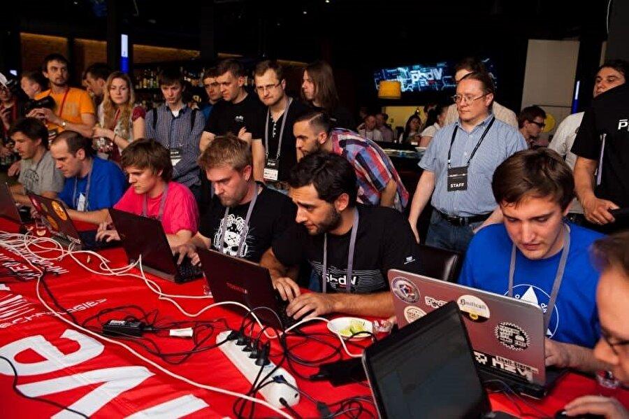 Organizasyon kapsamında gerçekleşen yarışmalarda birçok kişi kıyasıya bir rekabet içine giriyor.