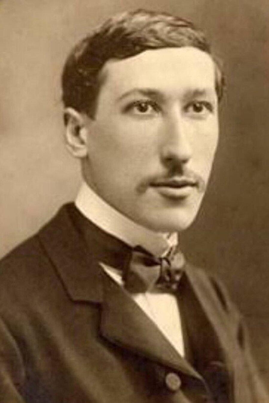 Guénon, üniversiteden ayrıldıktan sonra okültist-spiritüalist derneklere üye oldu.