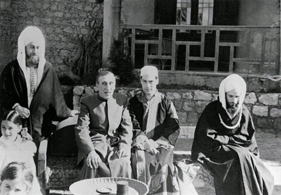 Martin Lings (en solda) ve Guenon (ortada solda).