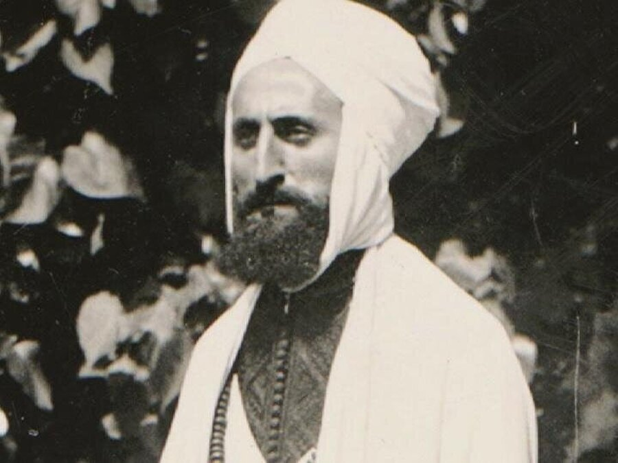 Schuon 1935'de Aleviyye tarikatının kurucusu Ahmed el-Alevi'ye intisap etti.