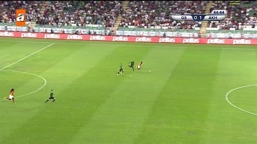 Galatasaraylı oyuncuların kırmızı kart kararı beklediği pozisyon.