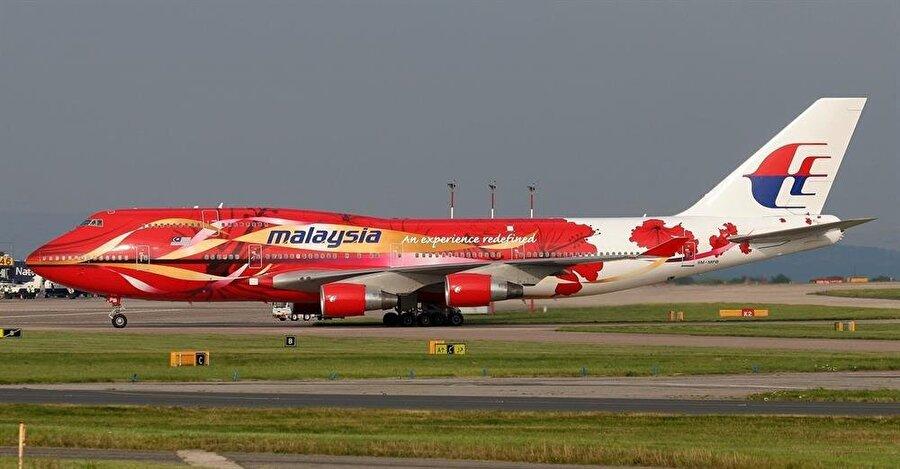 Çin gülüyle süslenmiş bir Malezya Havayolları uçağı.