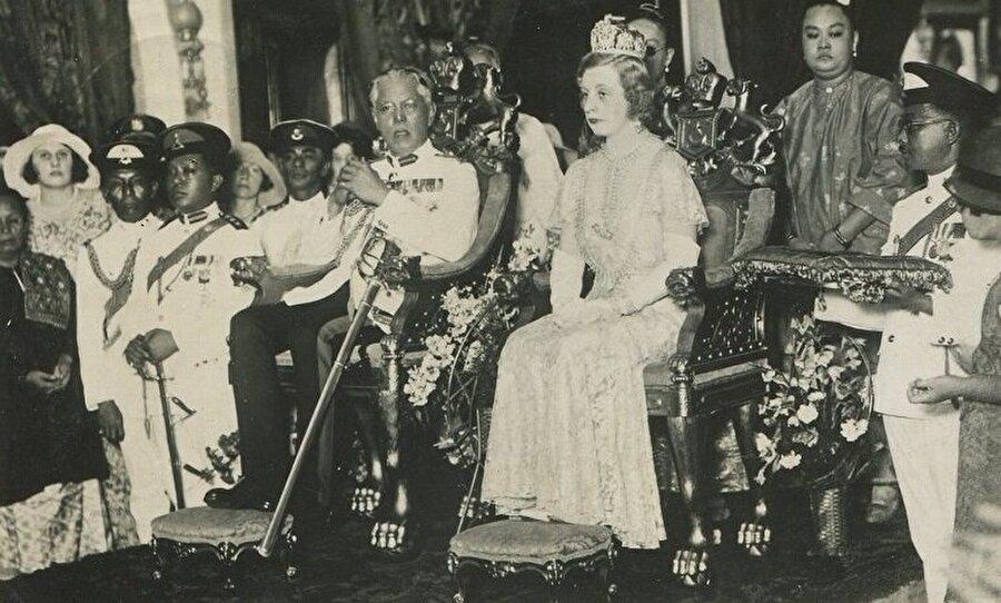 Sultan İbrahim'in Helen Bartholomew Wilson adlı bir İngiliz kadınla evlenmesi ve onu Kraliçe ilan etmesi.
