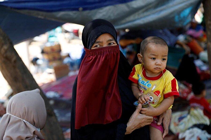 Depremin etkisiyle binlerce Endonezyalı sokaklara döküldü. (Reuters)