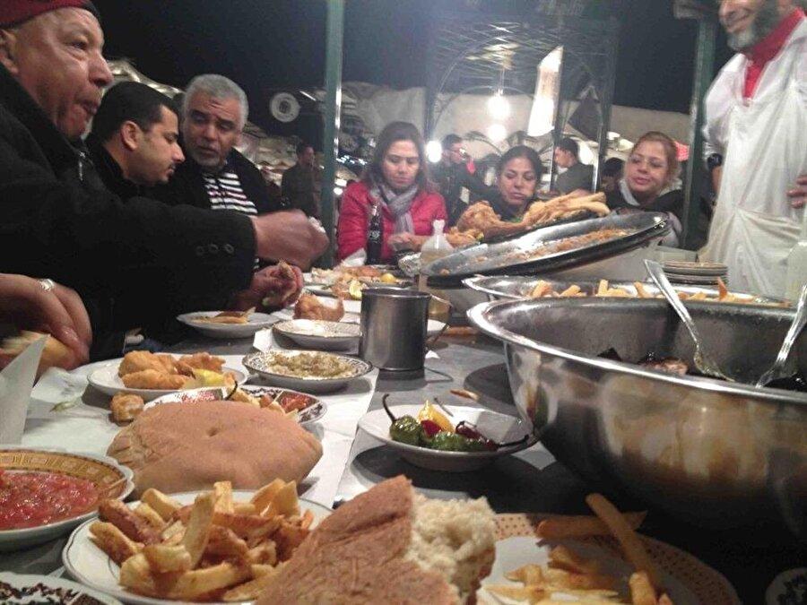 Meydandaki yemek büfeleri, Fas'ın geleneksel yemeklerinin sunulduğu mekânlar.