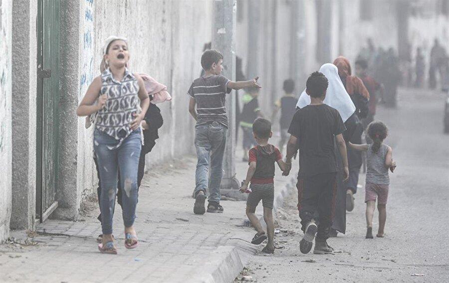İsrail savaş uçakları Gazze'de bulunan bir kültür merkezini bombaladı. (Ali Jadallah / AA)