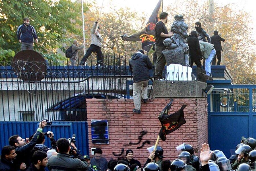 İngiltere'nin Tahran'daki elçilik binası, öfkeli İranlılarca böyle baskına uğramıştı.