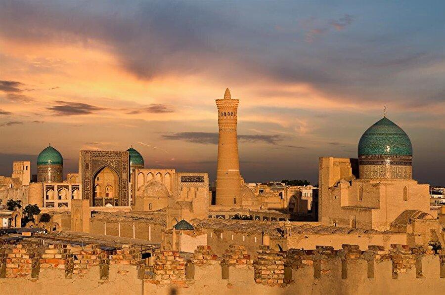 Mir Arap Medresesi ve Kelan Minaresi, Buhara'da bulunan en önemli tarihi eserlerden.