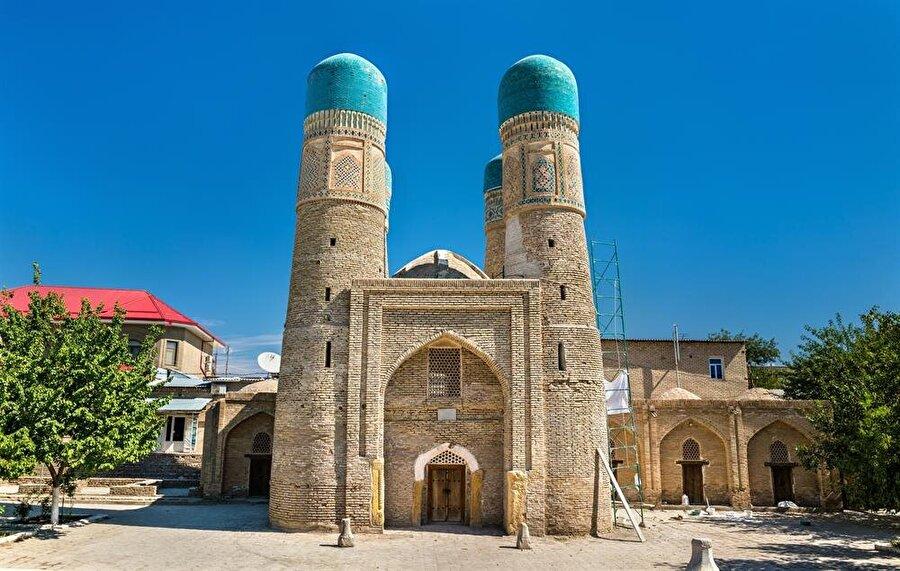 Çar Minar'ın arka tarafındaki arazide inşa edilen medrese bugün artık yok.