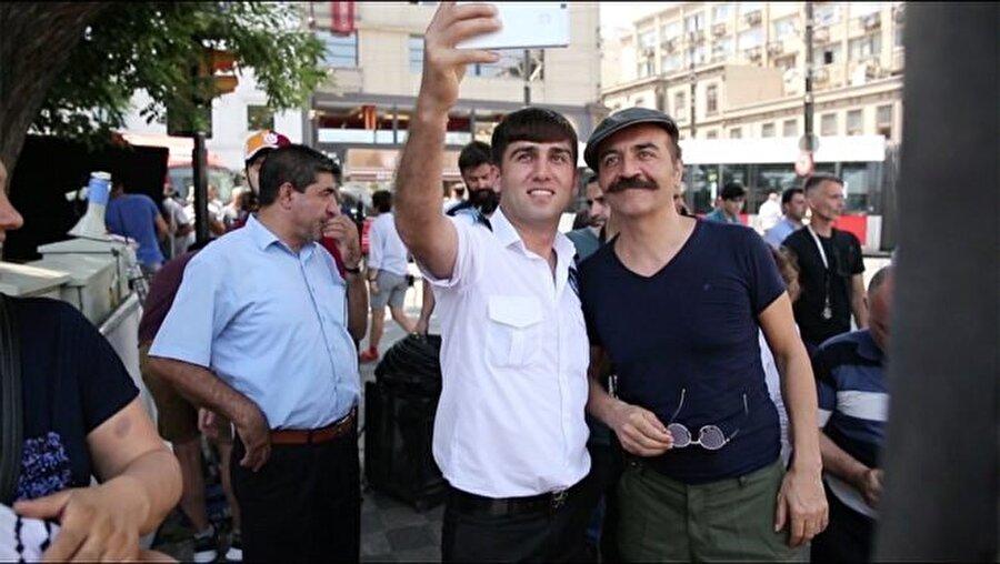 Yılmaz Erdoğan, çekimler boyunca kendisiyle selfie çekilmek isteyenleri kırmadı