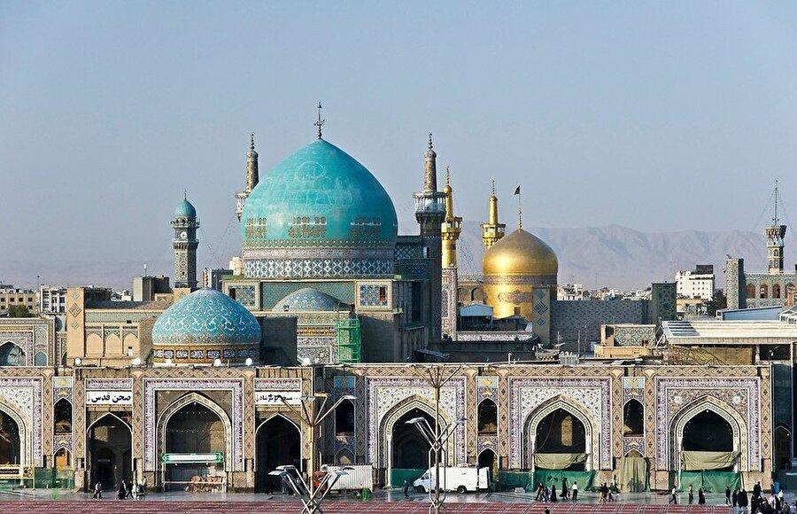 Son genişletmelerle birlikte külliyenin ortasında kalan Cevher Şad Begüm Camii (turkuvaz kubbeli).