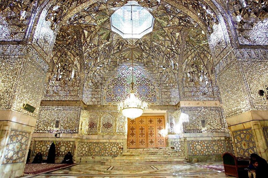 Türbenin iç kısmının aynalı mozaikleri, Kaçar hükümdarı Nasireddin Şah'ın emriyle yapıldı.