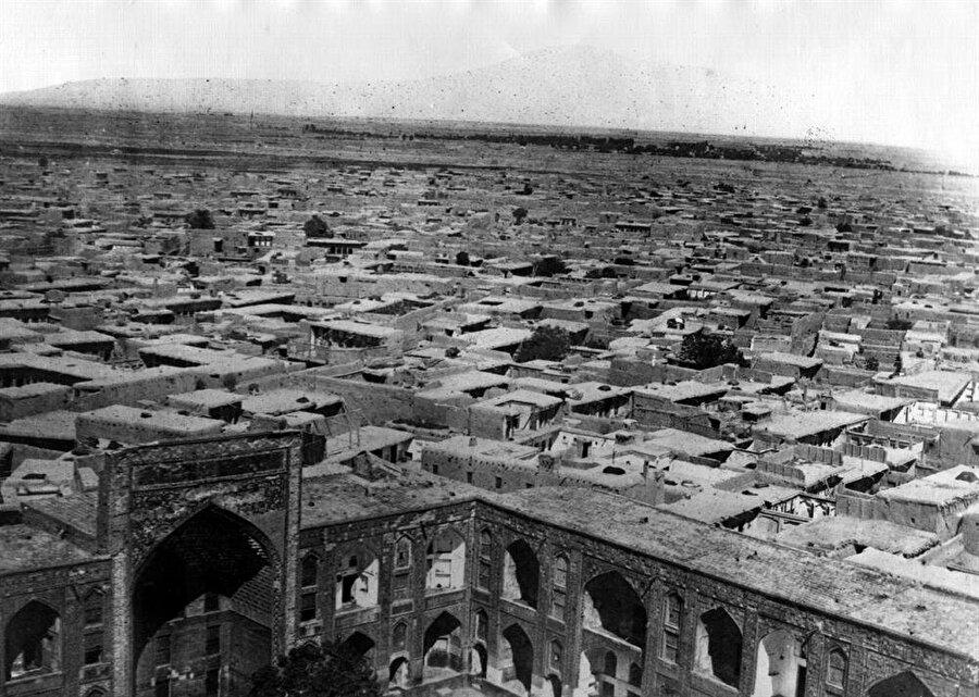 İmam Rıza Külliyesi'nin Meşhed şehir merkeziyle böyle iç içe oluşu, mekânı sosyal hareketlerin de merkezi haline getiriyordu.