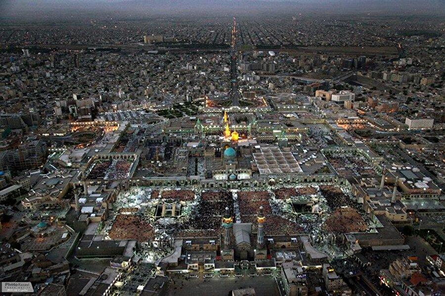 İmam Rıza Külliyesi, yılda ortalama 20 milyon kişi tarafından ziyaret ediliyor.