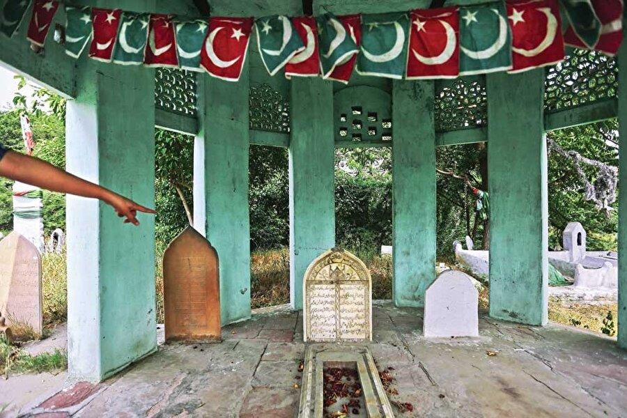 Abdulkerim'in Agra'daki kabri (ortada).