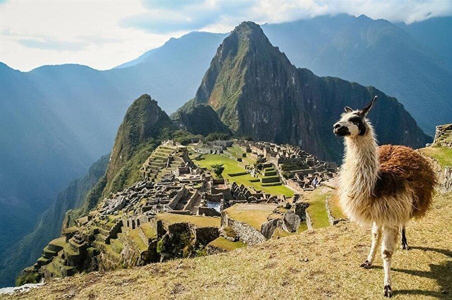 1400'lü yıllarda inşa edildiği tahmin edilen Machu Picchu, Peru sınırları içerisinde bulunan bir İnka köyü.