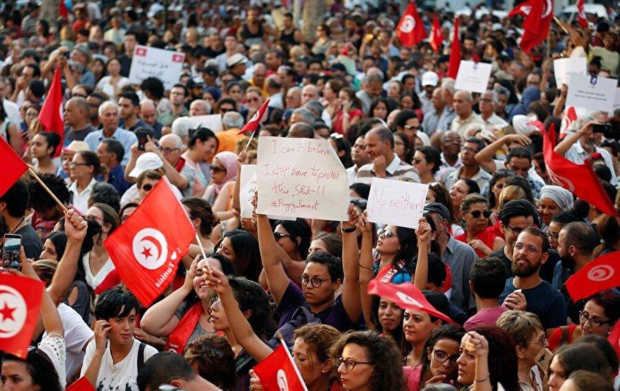 Ulusal Kadın Bayramı dolayısıyla meydanlarda bir araya gelen Tunuslular da Cumhurbaşkanı Sibsi'yi destekleyen gösteriler düzenlediler. (Zoubeır Souıssı / Reuters)