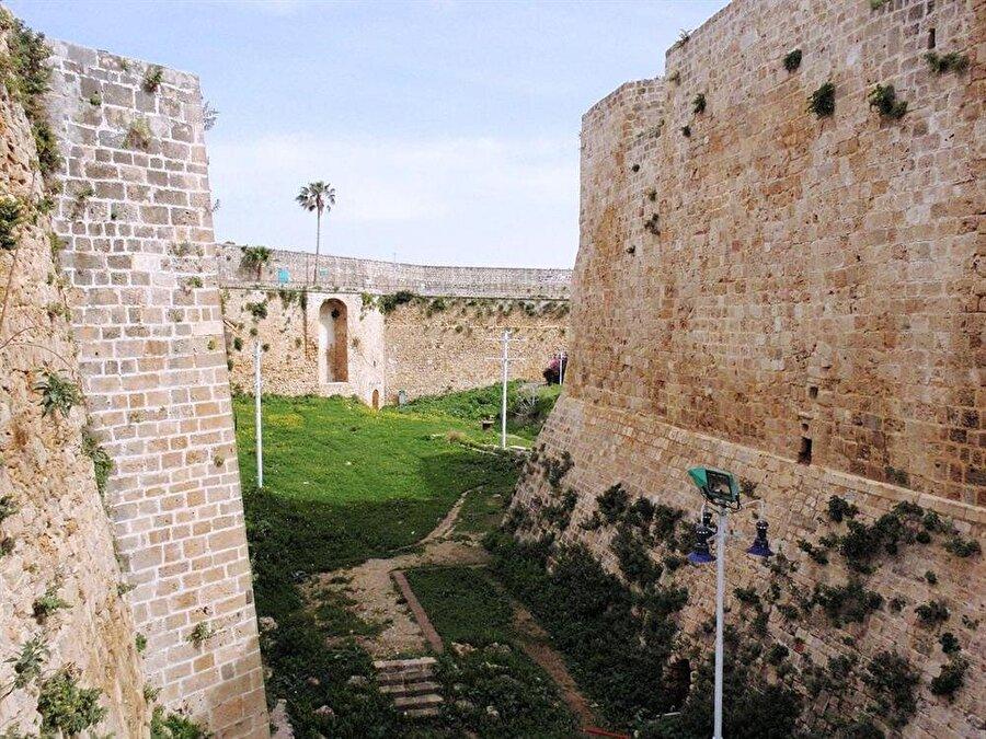 Cezzar Paşa tarafından inşa ettirilen Akka kalesinin ön surları.