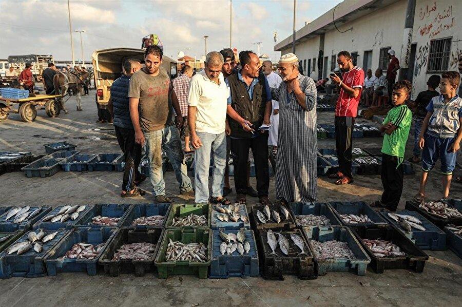 Gazze'de yaşayan 50 bin Filistinlinin geçimi, direkt olarak balıkçılığa bağlı durumda. (Ali Jadallah / AA)