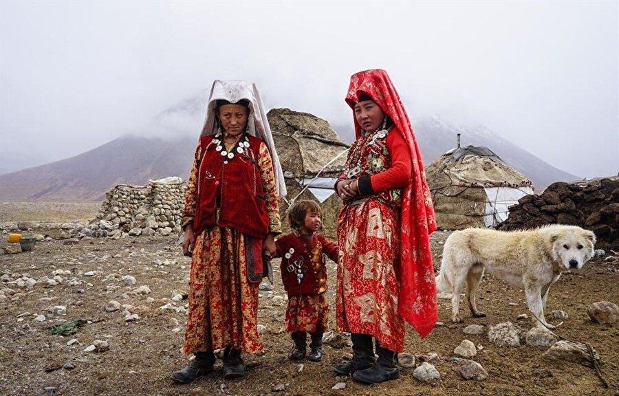 Geleneksel çadırlarının önünde, Kırgız kadınlar...
