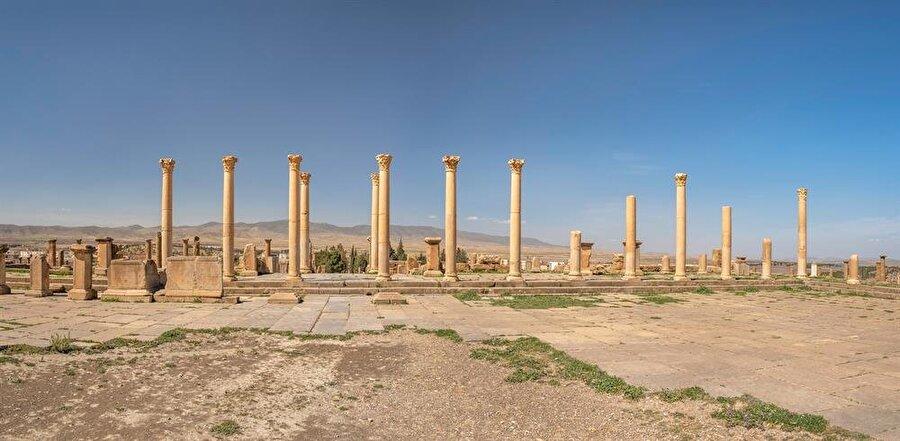 Şehrin merkezi olan ve çarşının kurulduğu forumun kalıntıları.