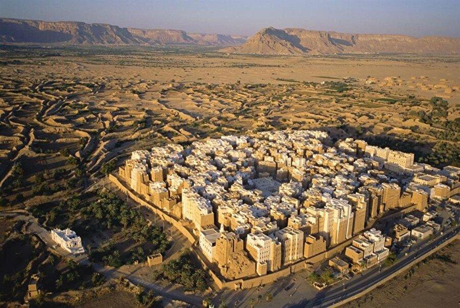 Küçük, kare bir alana sığdırılan binaların bu şekilde inşa edilmesinin sebebi, düşman sultanlıkların ve bedevilerin saldırılarından kaçınabilmektir.