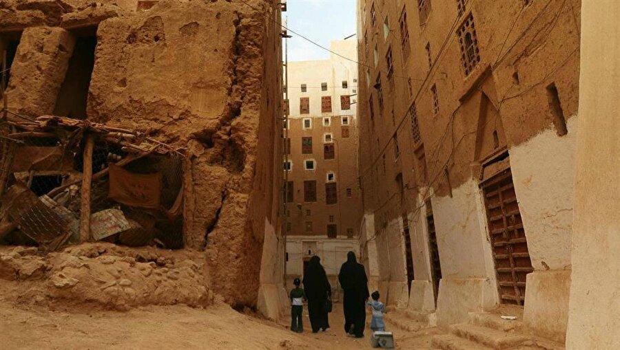 Şibâm şehrinin dar sokakları, birbirine yakın, uzun binalar dolayısıyla çölün boğucu sıcakları ve güneş ışıklarından korunabilmektedir.
