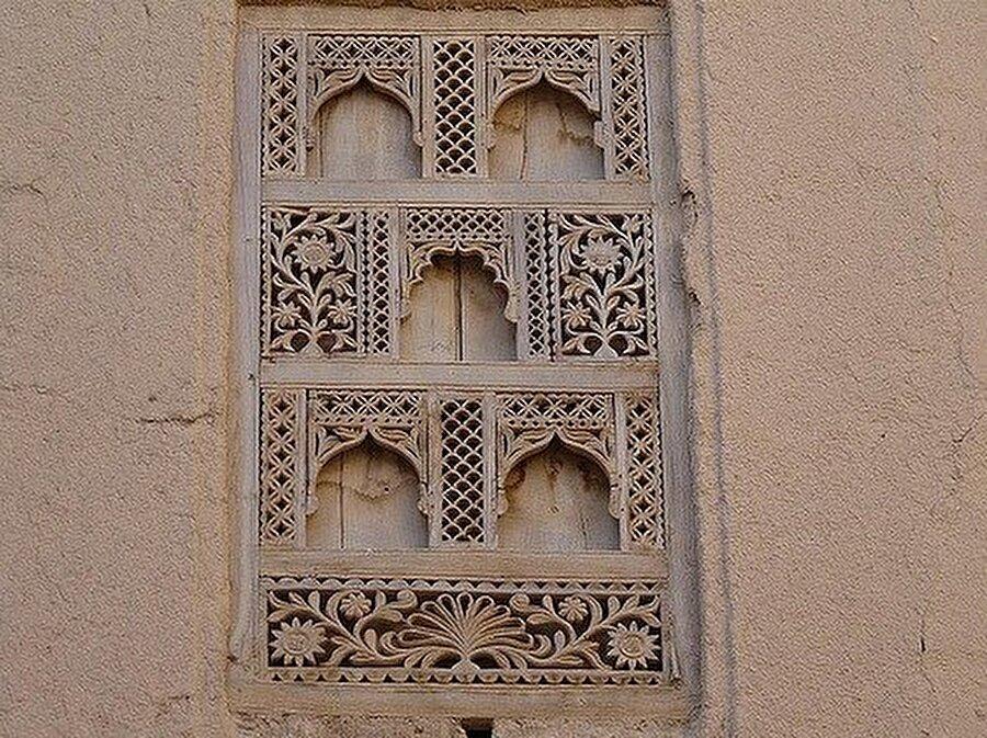 Şibâm'da zenginlerin evleri diğer evlerden, ince işlemeli tahta pencereler ile ayırt ediliyor.