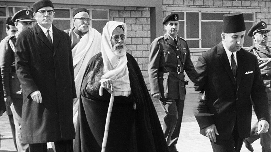 İdris es-Senûsî İngilizlerle kurduğu iyi ilişkiler sebebiyle onların da desteğini alarak Libya'ya dönerek bağımsızlığını ilan etti.