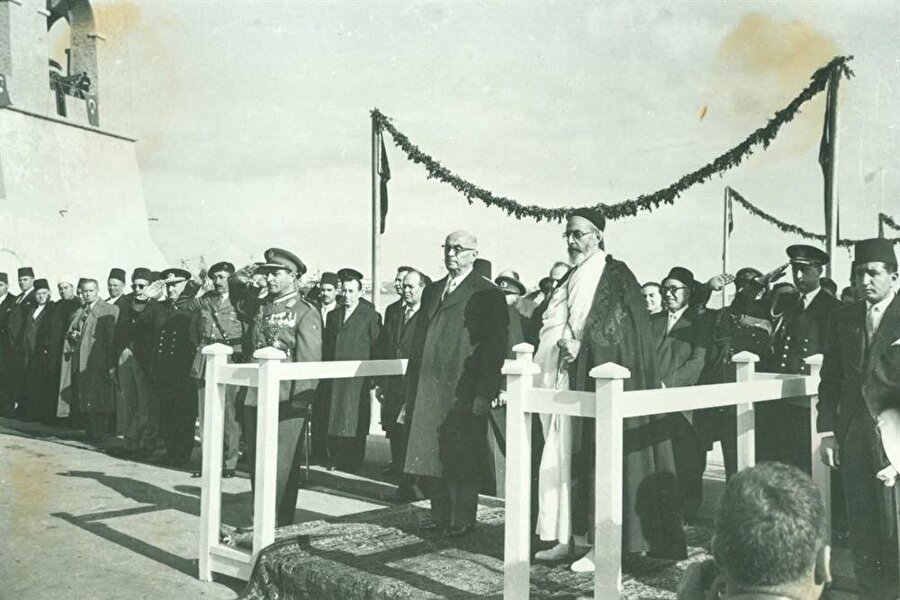 Libya Kralı'nın Türkiye ziyaretine iade-i ziyaret için Libya'ya gelen Celal Bayar törenlerle karşılandı.