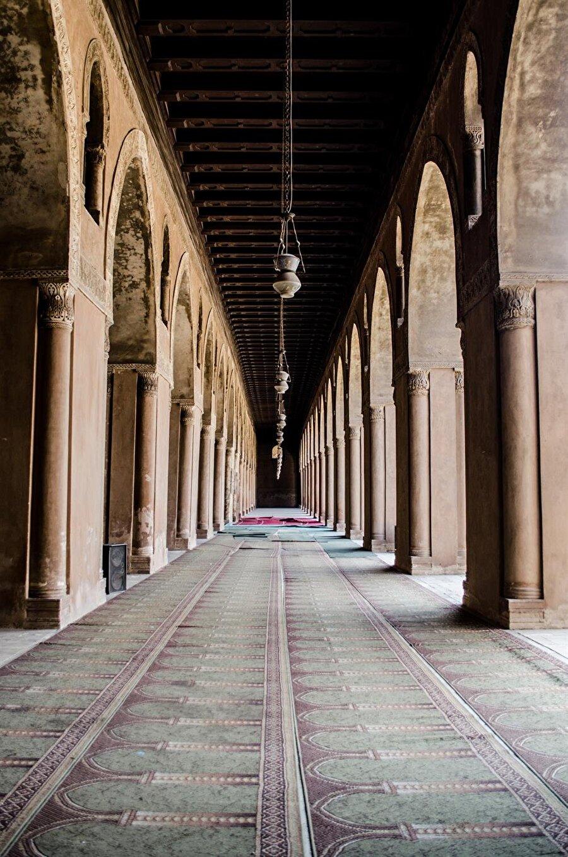 Cami, çatısı çok sayıda kolon ile taşınan Hipostil tarzı mimari ile inşa edildi.