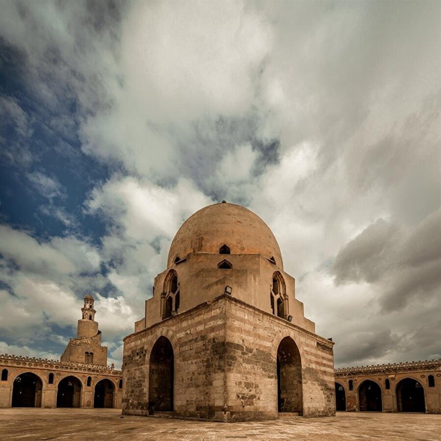 İbn Tulun Camii'nin avlusunun ortasında bulunan dikkat çekici şadırvan, caminin inşasından 200 yıl sonra yapıya eklenmiştir.