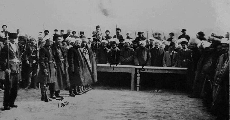 Doğu Türkistan İslâm Cumhuriyeti'nin kuruluş gününden bir fotoğraf.