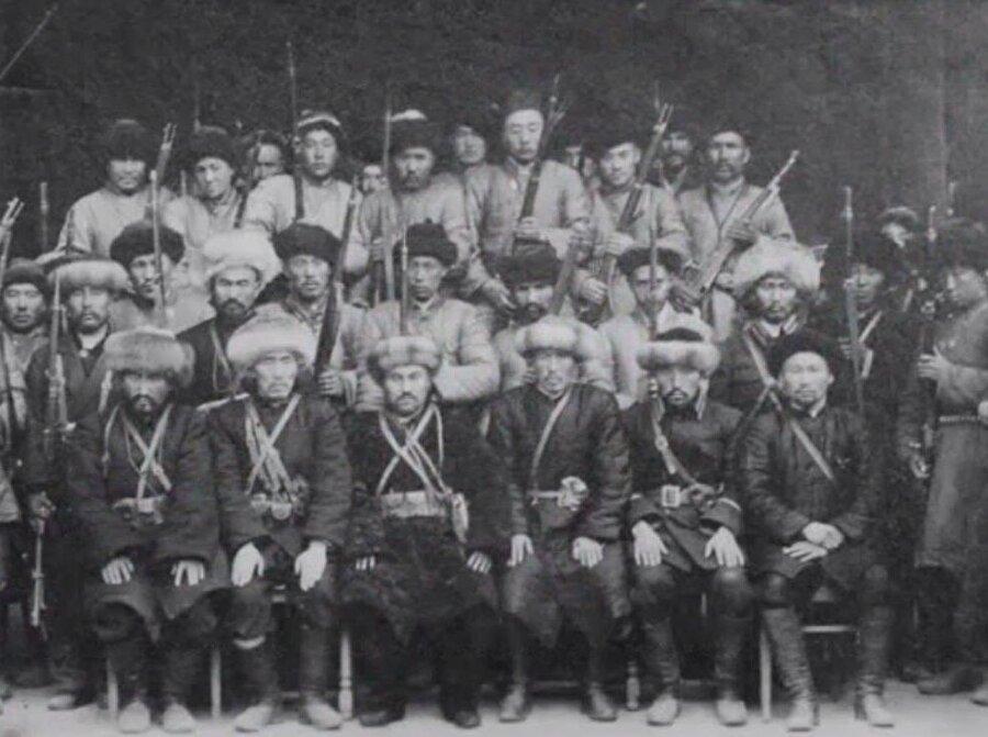 Doğu Türkistan İslâm Cumhuriyeti'nin silahlı birlikleri, Ma'nın ordusuna karşı direnemedi.