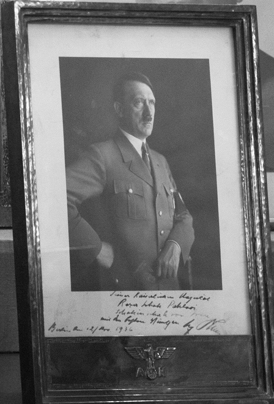 Hitler'in, adına imzalayarak Şah Rıza Pehlevi'ye gönderdiği bir fotoğraf.