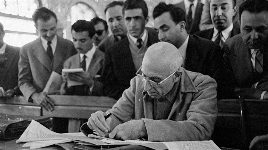 Uzun yıllar inzivada yaşamak zorunda kalan Muhammed Musaddık, 1949 seçimleriyle birlikte meclise girmeyi başarmıştı.