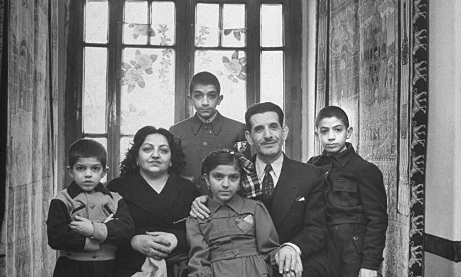 7 Mart 1951'de öldürülen Ali Razmara, eşi ve çocuklarıyla bir arada.