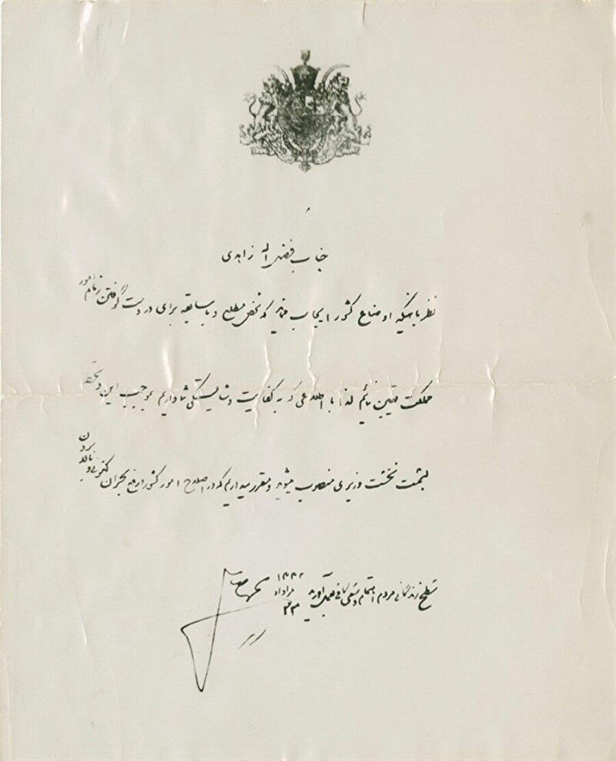 Şah'ın, Muhammed Musaddık'ı görevden alarak yerine Fazlullah Zahedi'yi atadığını gösteren belge.