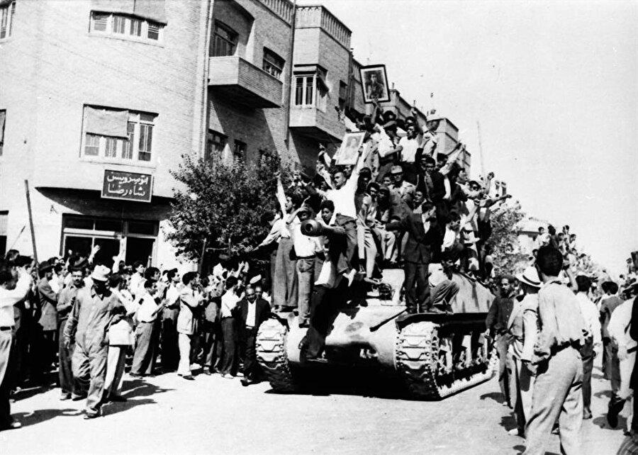 Şah destekçileri, Roosevelt'in emrindeki İran askerleri ve tanklarıyla birlikte Musaddık'ın konutuna doğru ilerliyor.
