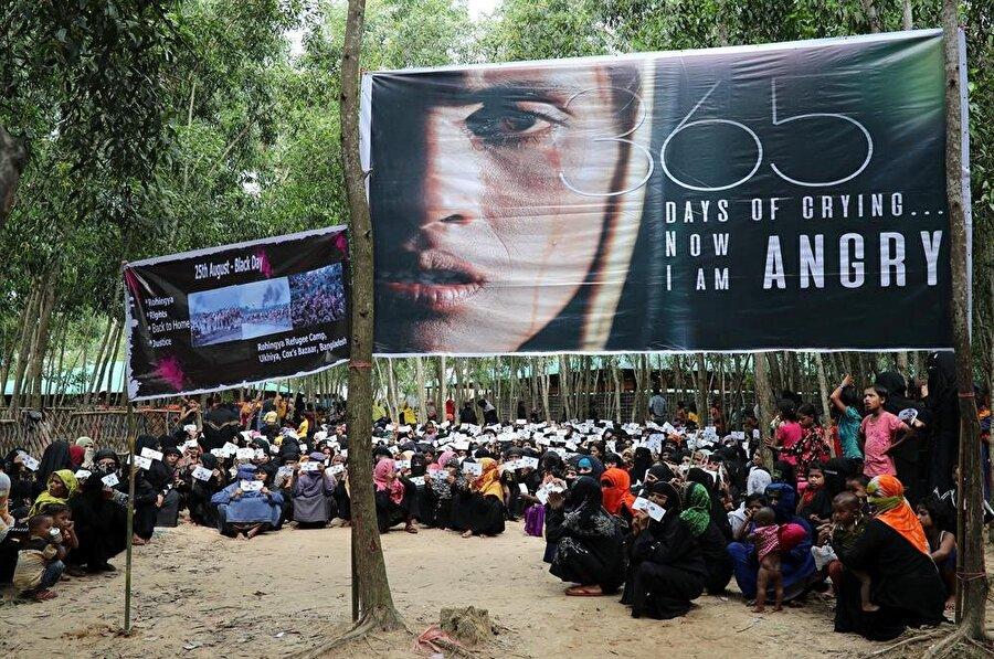Yüz binlerce Arakanlı Müslüman, bir yılı aşkın süredir Bangladeş'deki mülteci kamplarında yaşam mücadelesi veriyor. (Mohammad Ponır Hossaın / Reuters)