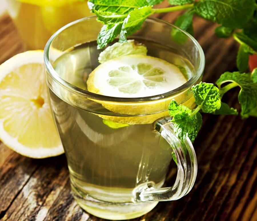 Limonlu su, açlığınızı bastırsa da zannedildiği gibi yağ yakımı için beklenilen etkiyi yaratmamaktadır.