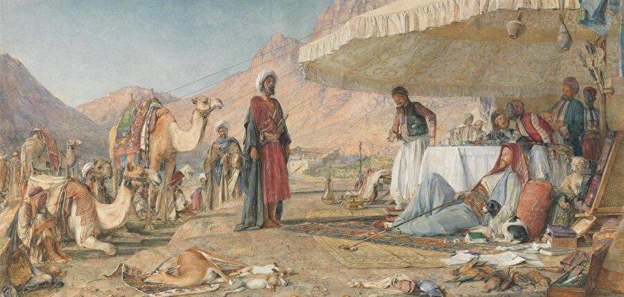 """John Frederick Lewis """"Sina Dağı çölünde bir Frenk kampı"""" adlı tablosu Lewis'in en önemli eserlerindendir. Mısır'ı görmek için gelen Doğulu kıyafetleri içindeki Avrupalının John Frederick Lewis'i temsil ettiği düşünülmektedir."""