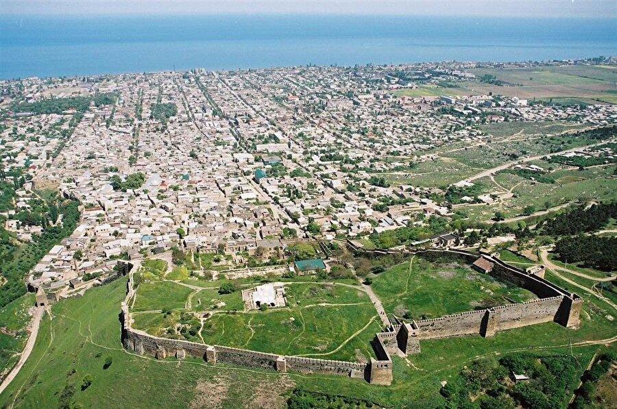 Emevi Halifesi Abdülmelik b. Mervân'ın oğlu Mesleme b. Abdülmelik tarafından fethedilen Derbent şehri konumu dolayısıyla çok önemli bir kentti.