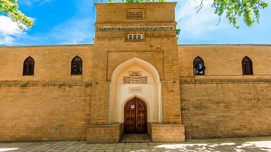 733 yılında inşa ettirilen ve Rusya'nın en eski camisi olan Derbent Cuma Camii, Müslümanların bölgedeki tarihi varlığının bir kanıtı olarak ayakta durmakta.