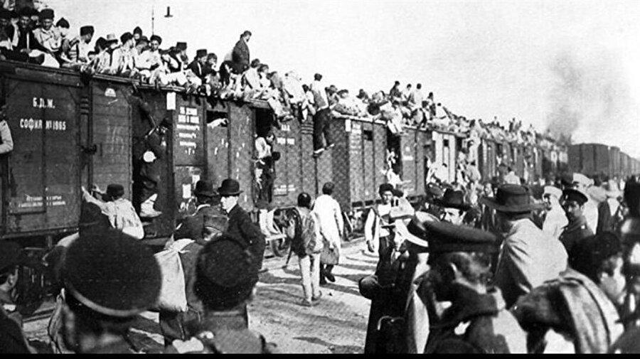 Binlerce Kırım Tatarı, Kırım'dan zorla sürülmüş, yurtlarından edilmiştir.