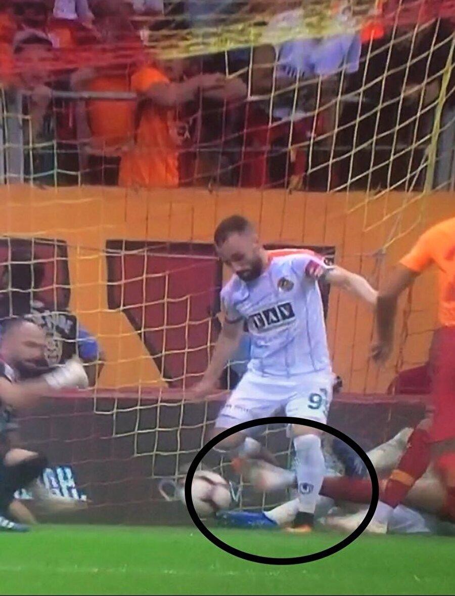 İlk golün hemen öncesinde yaşanan pozisyonda Fernando, rakibine bu müdahaleyi yapıyor.