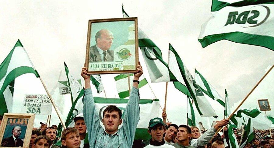 Aliya, kurduğu Demokratik Eylem Partisi (SDA) ile 1990'da düzenlenen seçimleri kazanmıştı.