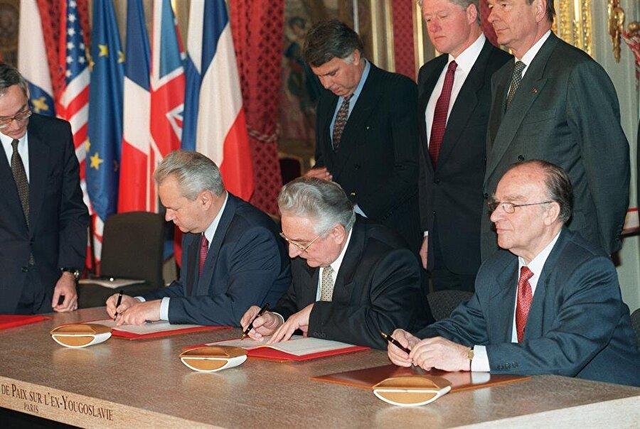 Bosna Savaşı'nı sona erdiren Dayton Anlaşması, Fransa'nın başkenti Paris'te imzalandı.