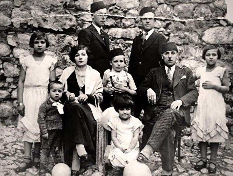 Aliya İzetbegoviç (Ortada), annesi Hiba Hanım, babası Mustafa Bey ve ailenin diğer üyeleriyle birlikte.